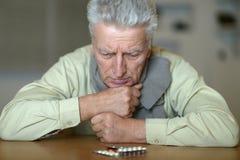 Hombre con las píldoras Fotos de archivo