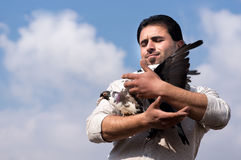 Hombre con las palomas Imagen de archivo libre de regalías
