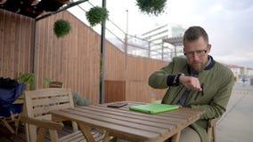 Hombre con las porciones de artilugio almacen de metraje de vídeo