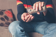 Hombre con las semillas de girasol Imagen de archivo libre de regalías