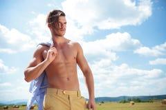 Hombre con las tetas al aire al aire libre con el pelo caido sobre cara Imágenes de archivo libres de regalías