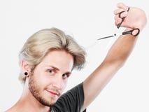 Hombre con las tijeras listas al corte del pelo Imágenes de archivo libres de regalías