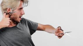 Hombre con las tijeras para haircutting Fotografía de archivo libre de regalías