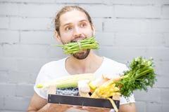 Hombre con las verduras frescas fotografía de archivo libre de regalías
