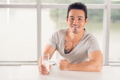 Hombre con leche Fotos de archivo