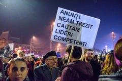Hombre con lema político en las demostraciones de Bucarest foto de archivo