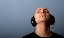 Hombre con los auriculares. Foto de archivo