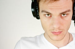 Hombre con los auriculares Fotografía de archivo libre de regalías