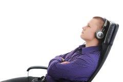 Hombre con los auriculares que escucha la música Imágenes de archivo libres de regalías