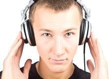 Hombre con los auriculares que escucha la música Fotografía de archivo libre de regalías