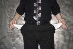 Hombre con los bolsillos vacíos. Imagen de archivo libre de regalías