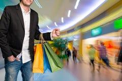 Hombre con los bolsos de compras Imágenes de archivo libres de regalías