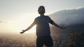 Hombre con los brazos abiertos contra el cielo metrajes
