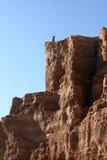 Hombre con los brazos aumentados al top de la montaña Imagen de archivo
