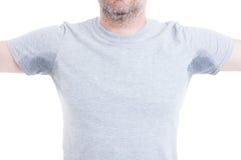 Hombre con los brazos aumentados y las manchas del sudor Imágenes de archivo libres de regalías
