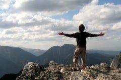 Hombre con los brazos outstretched Imagenes de archivo