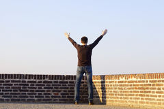 Hombre con los brazos outstretched Fotografía de archivo