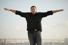 Hombre con los brazos outstretched Imágenes de archivo libres de regalías