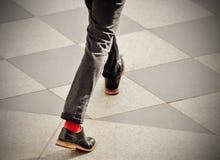 Hombre con los calcetines rojos Fotos de archivo