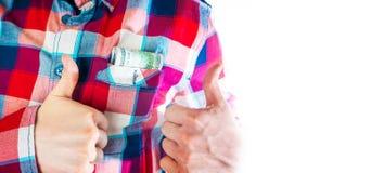 Hombre con los dólares en su bolsillo que muestra los pulgares para arriba, aislado en el fondo blanco Imagenes de archivo