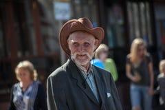 Hombre con los dientes del oro en sombrero de vaquero imagen de archivo