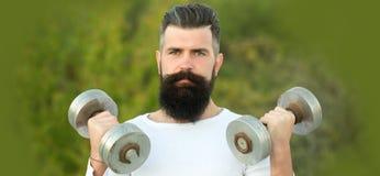 Hombre con los dumbells Imagen de archivo