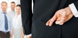 Hombre con los fingeres cruzados Foto de archivo libre de regalías