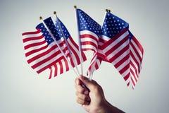 Hombre con los indicadores americanos imagen de archivo libre de regalías