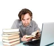 Hombre con los libros y la computadora portátil Imagen de archivo libre de regalías