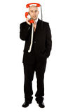 Hombre con los microteléfonos rojos del teléfono Foto de archivo libre de regalías