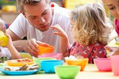 Hombre con los niños que juegan junto Foto de archivo libre de regalías