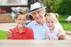Hombre con los nietos Foto de archivo