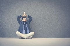 Hombre con los ojos cerrados que practican yoga en la acera espacio foto de archivo libre de regalías