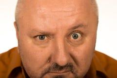 Hombre con los ojos grandes que mira fijamente usted Imagenes de archivo