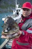 Hombre con los pescados de bacalao fotos de archivo