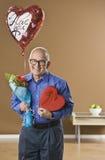 Hombre con los presentes de las tarjetas del día de San Valentín Imagen de archivo