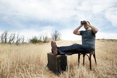 Hombre con los prismáticos Foto de archivo libre de regalías