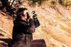 Hombre con los prismáticos Imagen de archivo libre de regalías