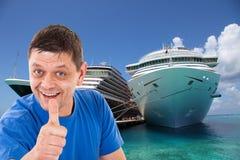 Hombre con los pulgares para arriba delante de dos barcos de cruceros Imagen de archivo libre de regalías
