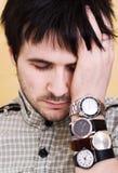Hombre con los relojes Imagen de archivo