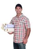 Hombre con los rodillos del papel pintado Fotografía de archivo libre de regalías
