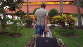 Hombre con los settles de la maleta en un hotel metrajes