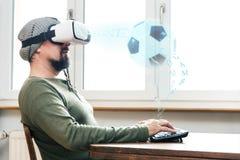 Hombre con los vidrios de VR fotos de archivo libres de regalías