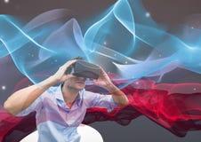 hombre con los vidrios de VR que miran las luces Imagen de archivo libre de regalías