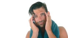 Hombre con mún dolor de cabeza Imagen de archivo libre de regalías