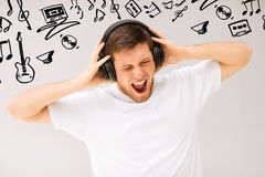 Hombre con música ruidosa que escucha de los auriculares Fotos de archivo