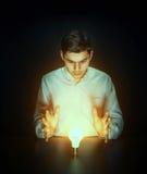 Hombre con magia imagenes de archivo