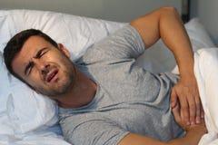 Hombre con malestar severo del abdomen foto de archivo