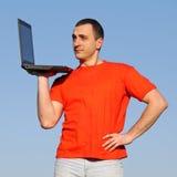 Hombre con PC Imagen de archivo libre de regalías