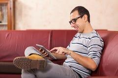 Hombre con PC de la tablilla Fotografía de archivo